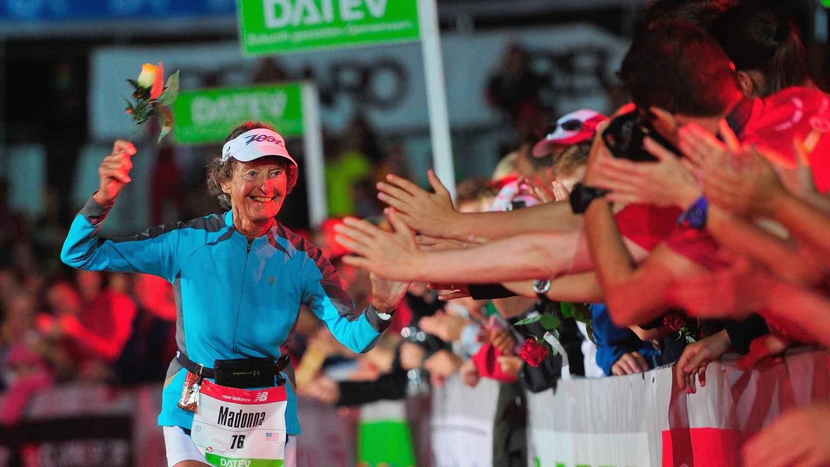 Madonna Buder en la recta final del Challenge Triathlon en Alemania.