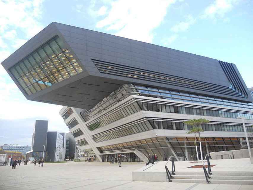 Biblioteca en Viena obra de Zaha Hadid.