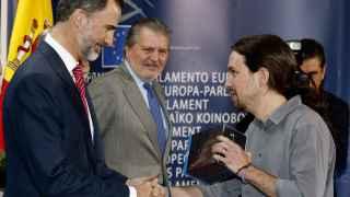 El momento en el que Pablo Iglesias regaló Juego de Tronos a Felipe VI.