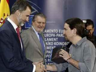 Felipe VI recibe en Bruselas el regalo de Pablo Iglesias.