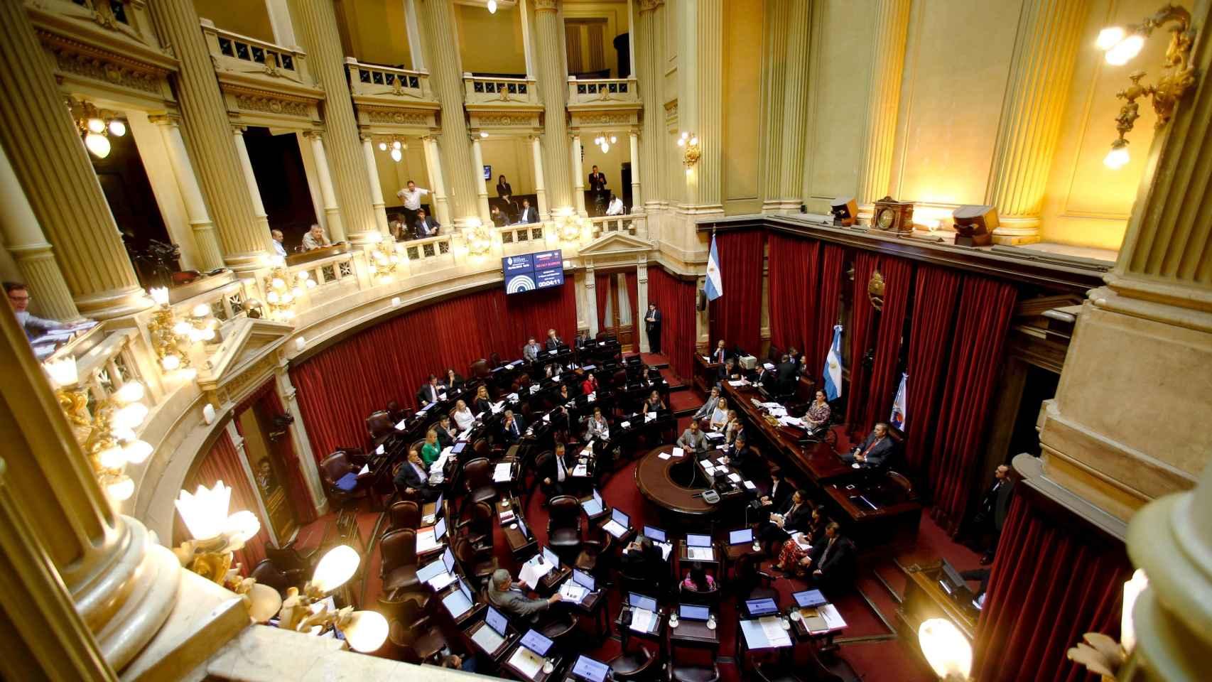 Los senadores debaten sobre el acuerdo en el Senado de Buenos Aires.