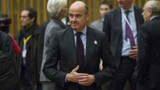 El ministro de Economía en funciones, Luis de Guindos, durante un acto junto a representantes del FMI y la CE