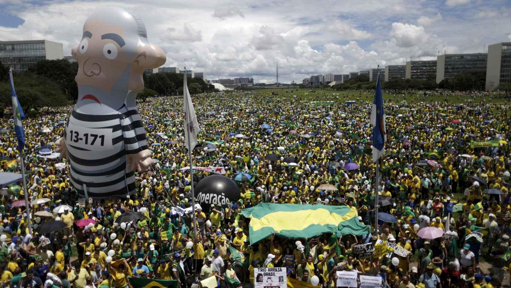 El muñeco inflable de un Lula presidiario se propaga por Brasil.