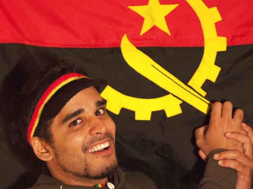 El activista Luaty Beirão junto a la bandera de su país.