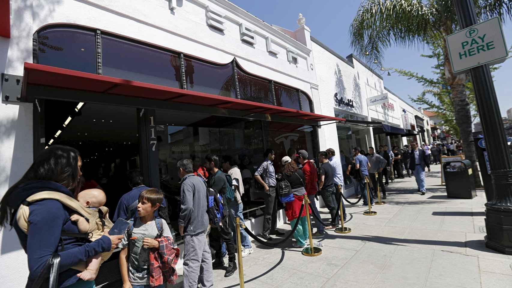 Larga cola frente a una tienda Tesla en Pasadena, California, a causa del Modelo 3.