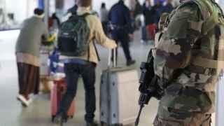 Refuerzan la seguridad en el aeropuerto Charles de Gaulle tras los atentados de Bruselas.