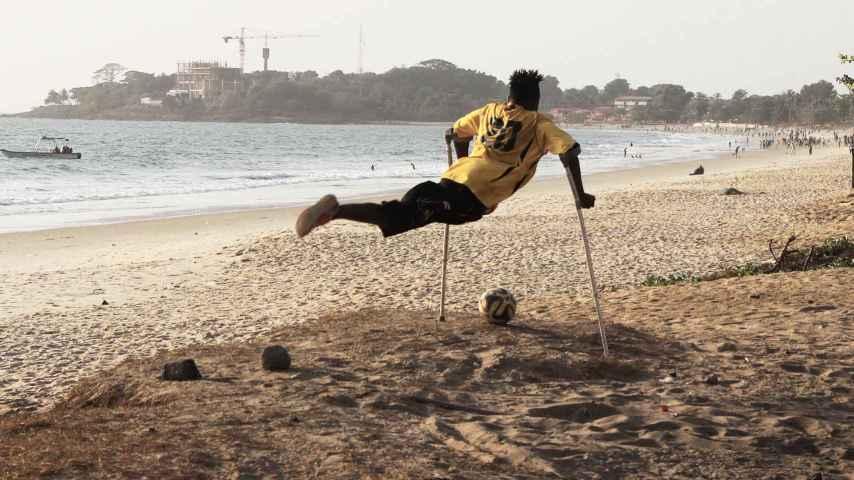 Un amputado en la playa de Freetown.