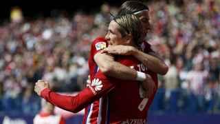 Fernando Torres celebra su gol con Filipe Luis.