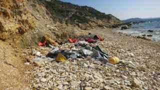 Una de las playas de la costa turca repleta de restos de los refugiados que por allí pasaron.