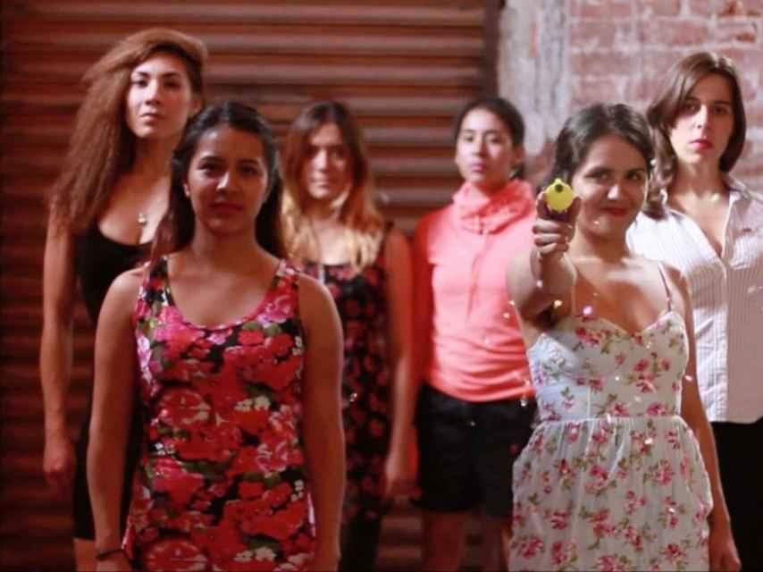 Fotograma del final del videoclip de Sexista Punk, con sus protagonistas.