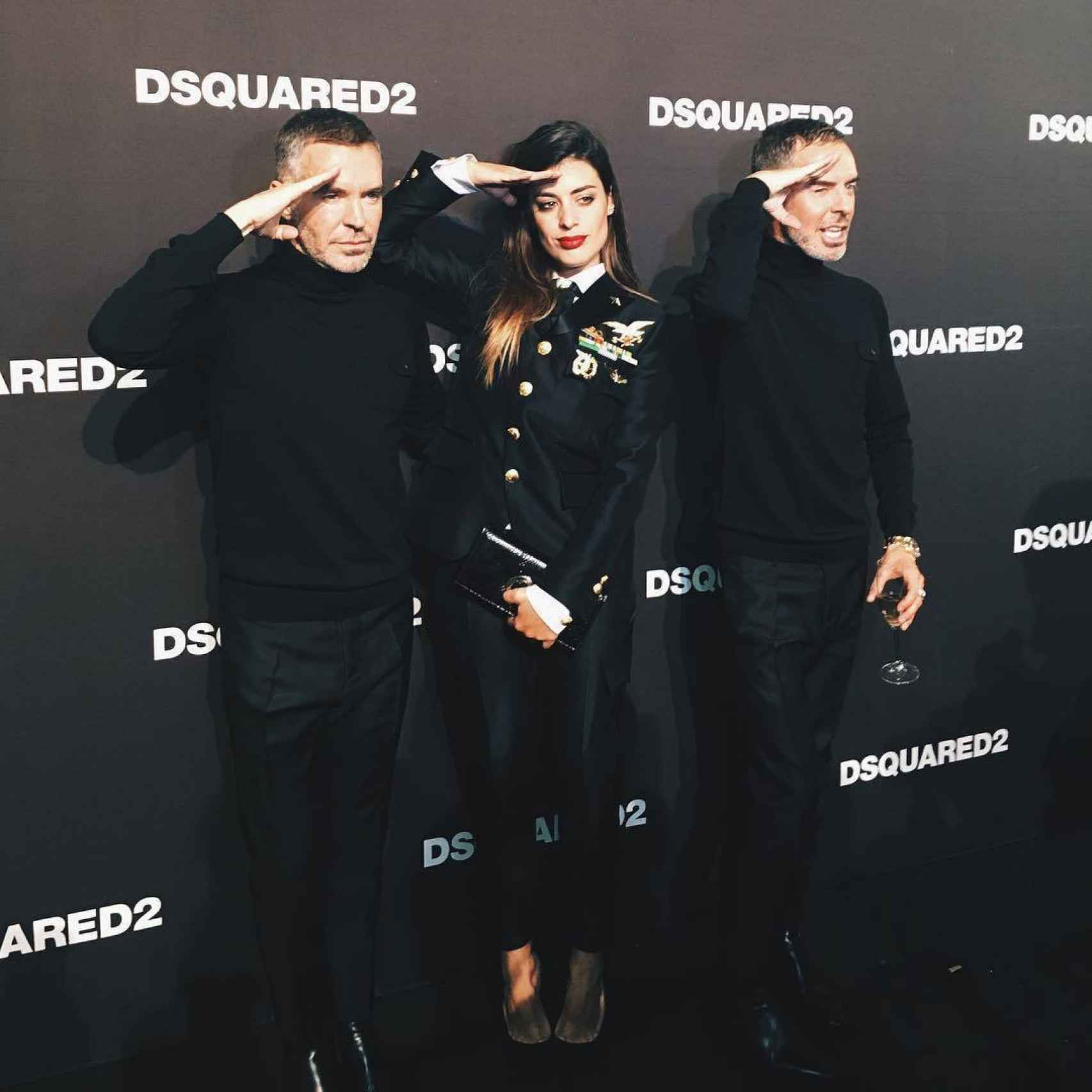 Aida entre Dean and Dan Caten, directores creativos de Dsquared2