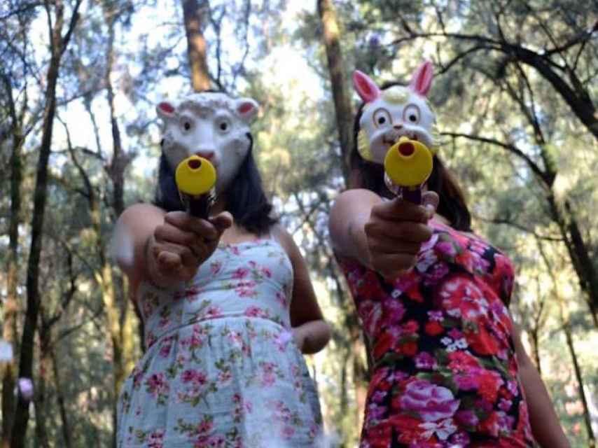 Fotografía promocional de Las hiijas de Violencia, que disparan confeti contra el acoso callejero.