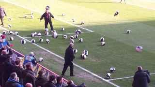 Aficionados del Charlton lanzando pelotas al campo