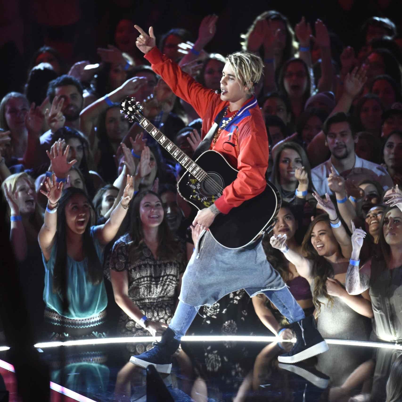 justin Bieber en plena actuación en los premios iHeartRadio Music Awards
