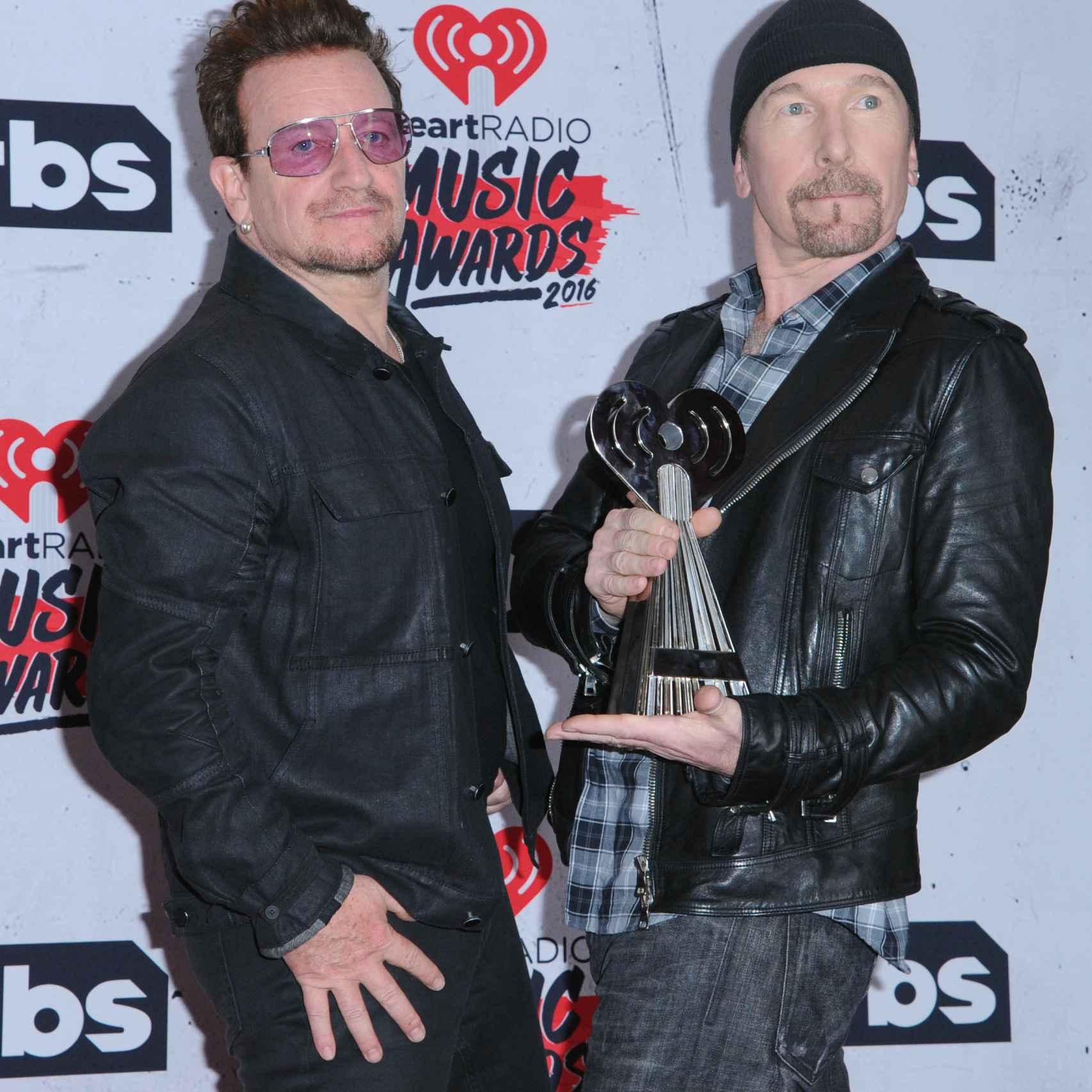 El cantante Bono y The Edge de U2 en los Premios iHeart Radio