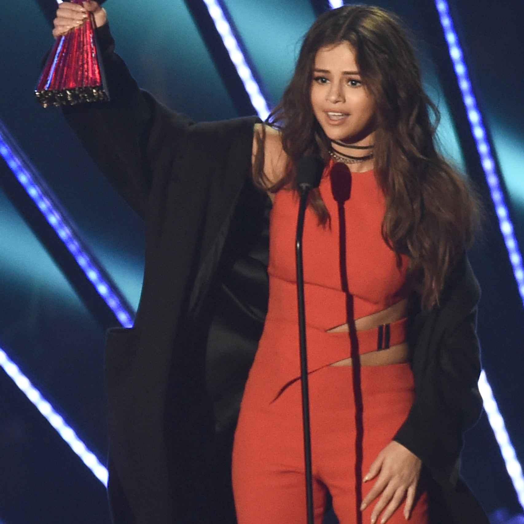 Selena Gómez recogiendo el 'Biggest Triple Threat Award'