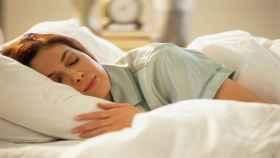 Una mujer durmiendo, algo que mucha gente no logra.