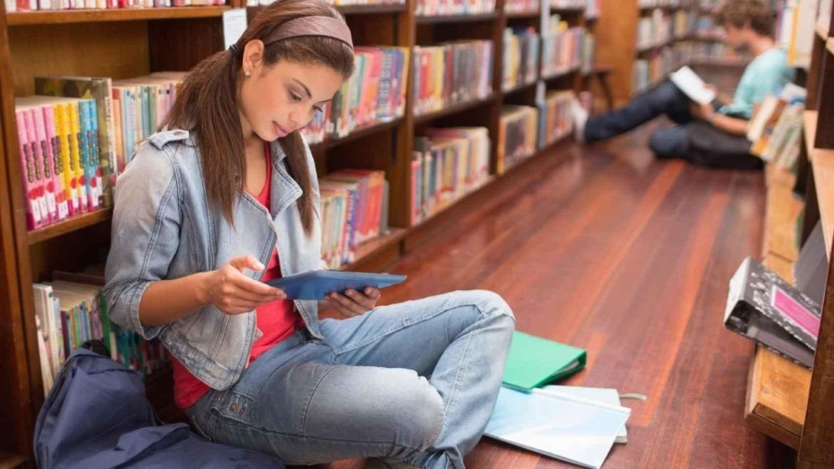 Una joven lee en una librería.