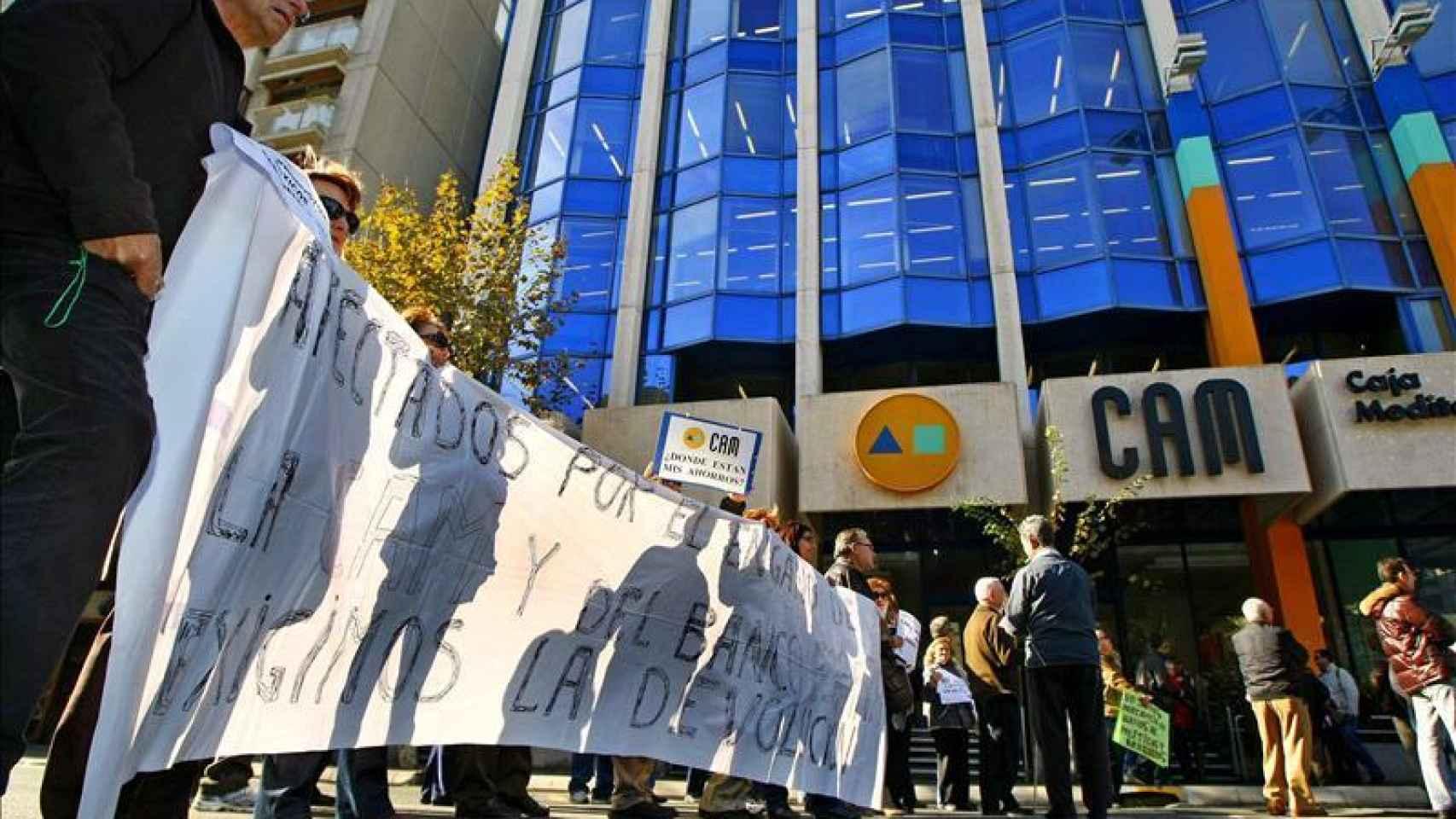 Protesta de afectados de la CAM frente a una de sus oficinas
