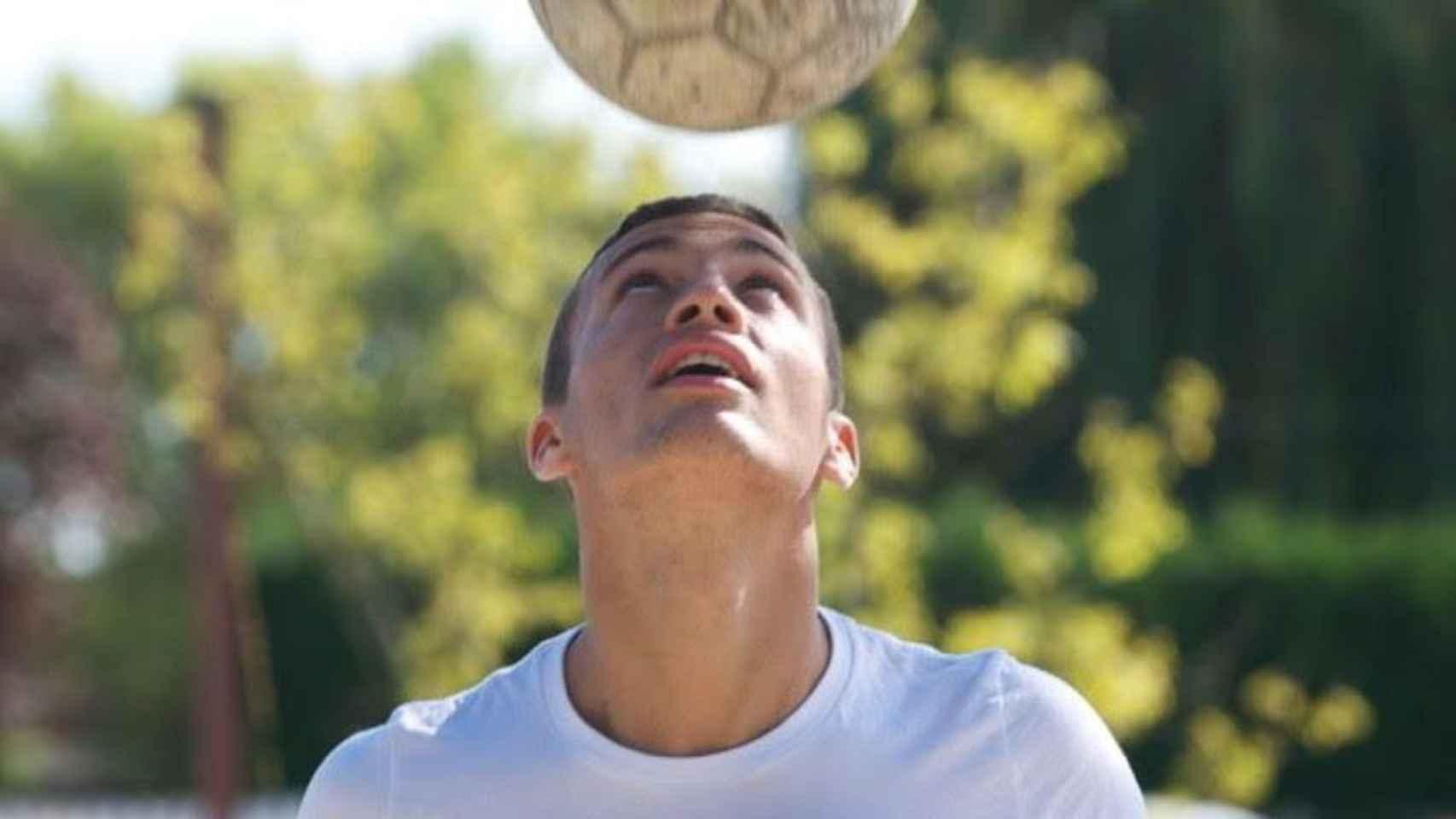 Quentin jugando al fútbol.