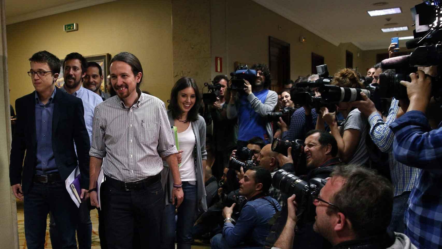 Los representantes de Podemos llegan a la reunión a tres.