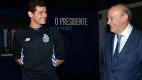 Pinto da Costa, presidente del Oporto, con Iker Casillas