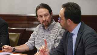 El líder de Podemos, Pablo Iglesias, junto con Antonio Hernando, portavoz socialista en el Congreso.