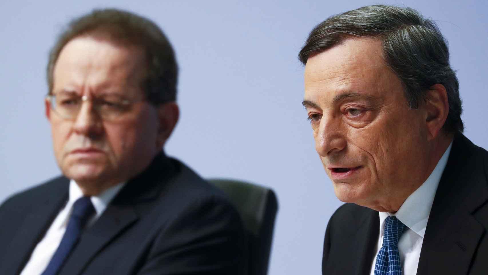 El presidente del BCE, Mario Draghi, junto al vicepresidente Vítor Constâncio