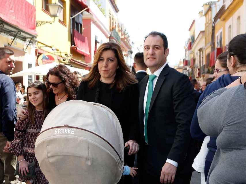 Susana Díaz y su marido de paseo en Sevilla en Viernes Santo.