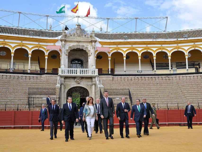 Susana Díaz con el rey Felipe VI en la plaza de toros de Sevilla en junio de 2015.