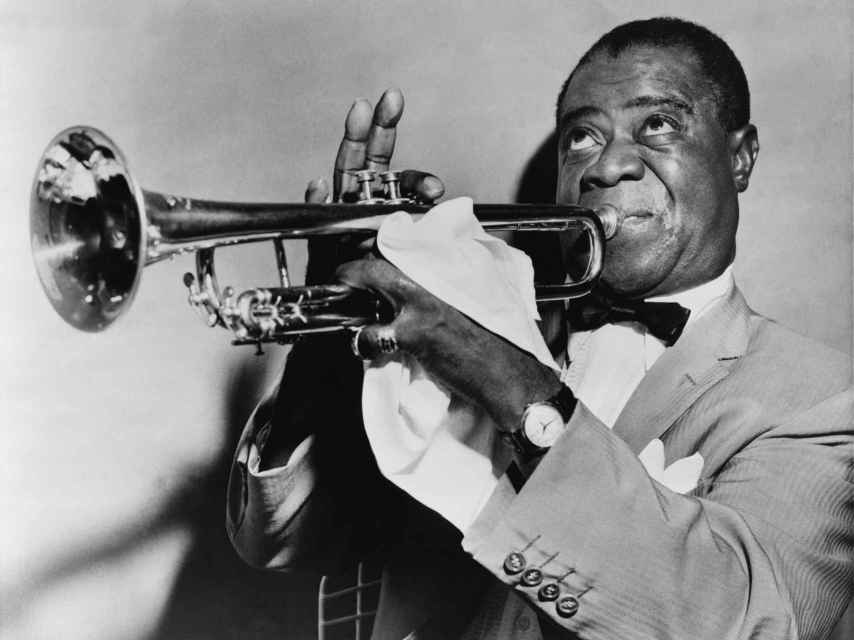 El trompetista Louis Armstrong.