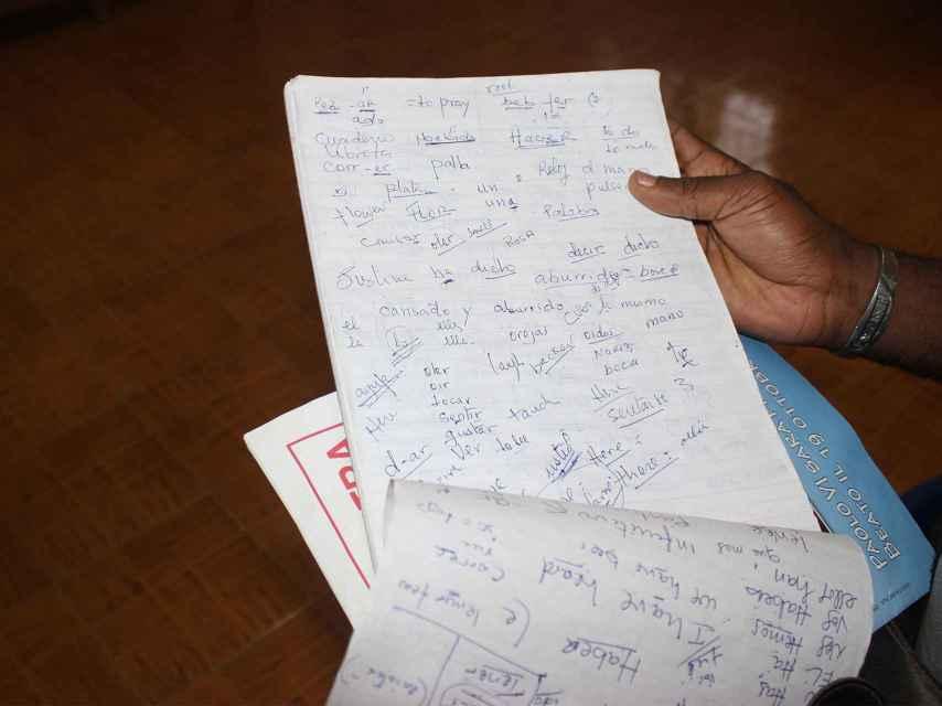 La libreta con la que Manuel enseñaba español.
