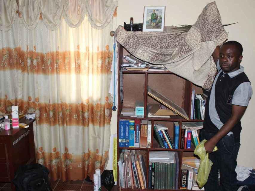 Los libros de Manuel siguen en la estantería de su habitación.