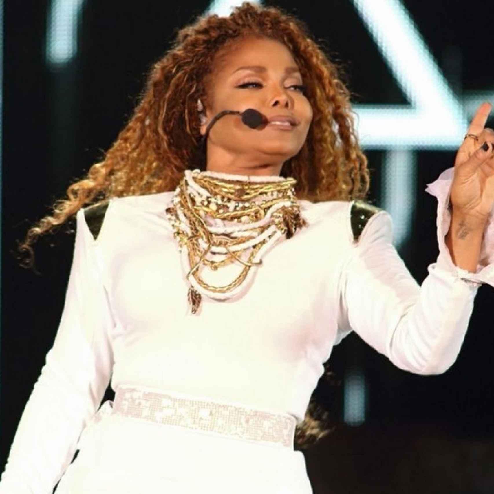 Janet Jackson en el escenario en pleno concierto
