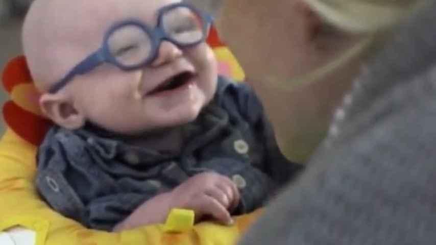 El pequeño Leopold con sus gafas nuevas