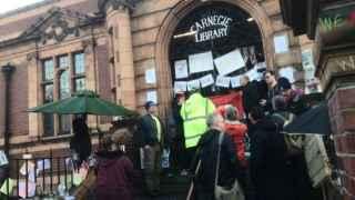 La biblioteca de Carnegie, al sur de Londres, ocupada.