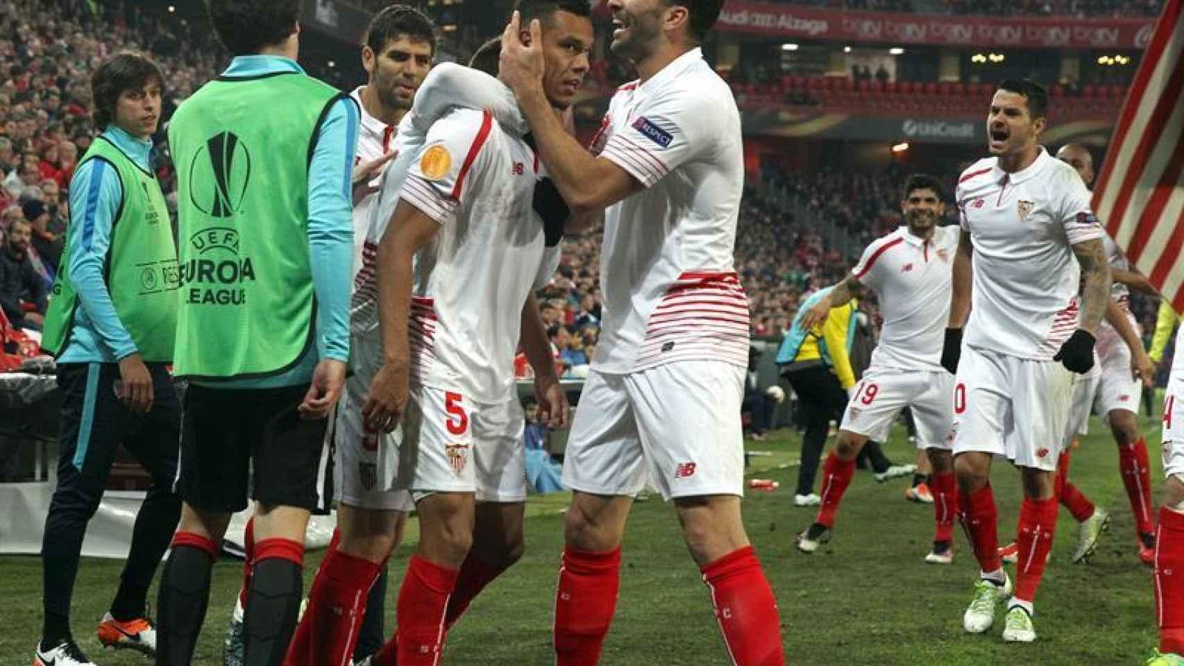 Los jugadores del Sevilla celebran un gol en San Mamés.