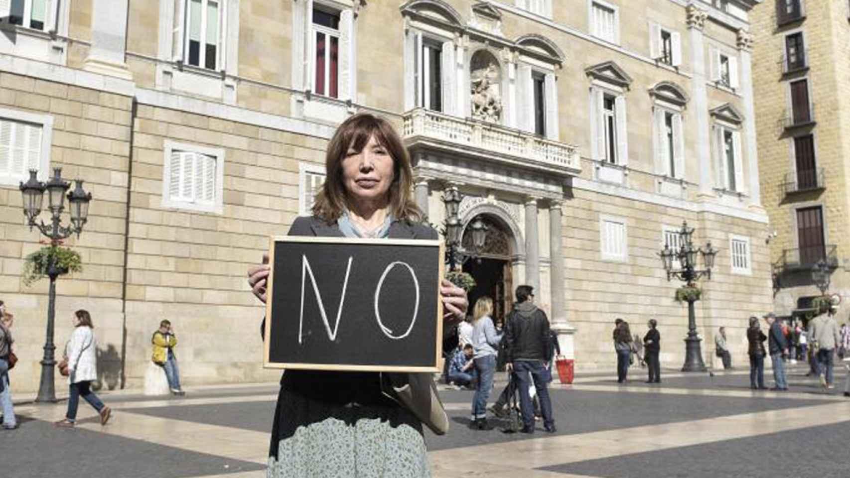 Dolores Agenjo en el centro de Barcelona. Santi Cogolludo / La Esfera de los Libros