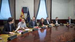 Pablo Iglesioas y Luis Garicano en los extremos de la mesa donde negociaron el jueves 7 de abril.