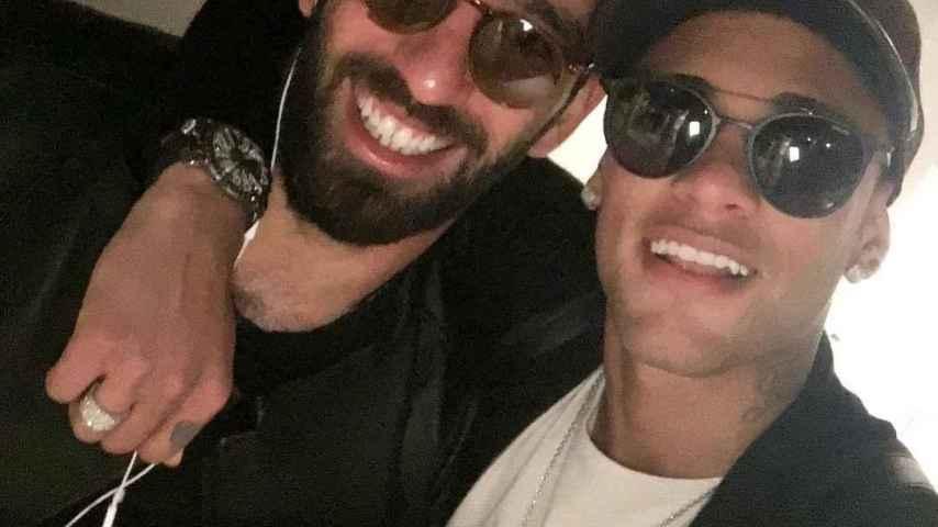 Neymar posa con su amigo Arda Turan