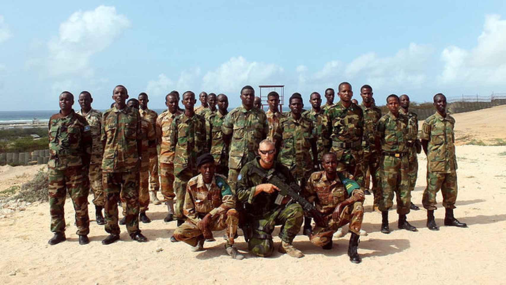 Efectivos somalíes posan junto a un militar español.