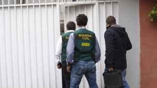 Agentes de la UCO de la Guardia Civil entran en el domicilio familiar de Mario Conde
