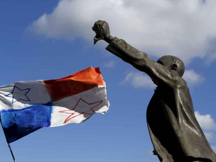 Bandera de Panamá en una protesta en Malta/Darrin Zammit Lupi/Reuters