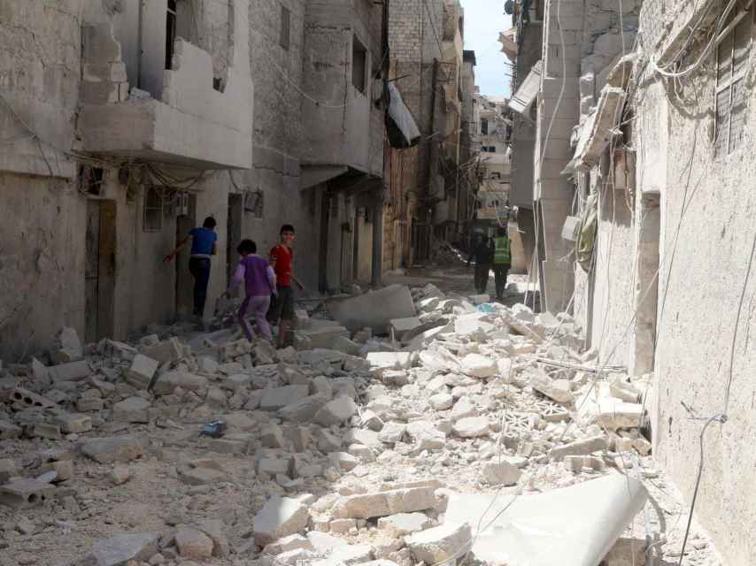 Daños en un vecindario opositor de Alepo tras un bombardeo el 11 de abril de 2016.