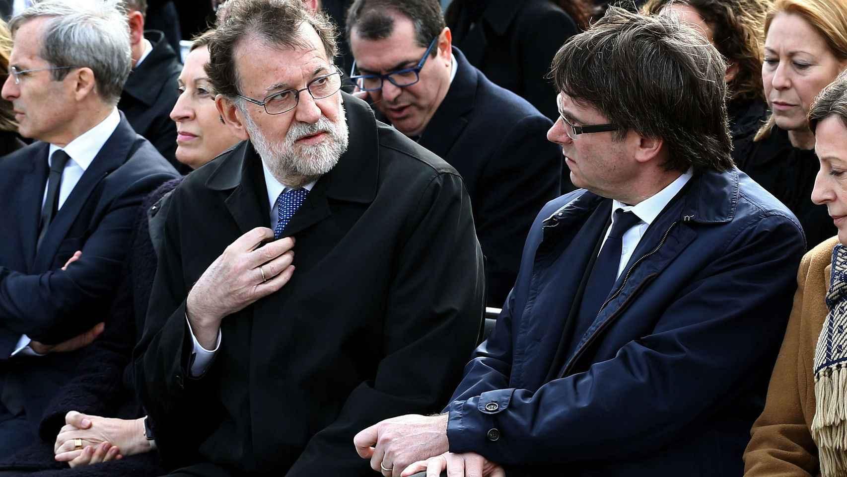 Mariano Rajoy y Carles Puigdemont en el acto celebrado en el aeropuerto de El Prat