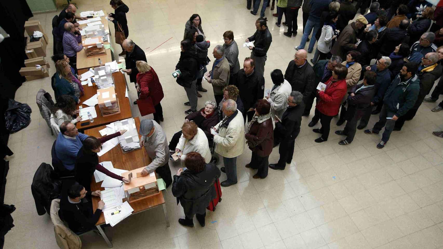 Colas en un colegio electoral en Barcelona el pasado 20D