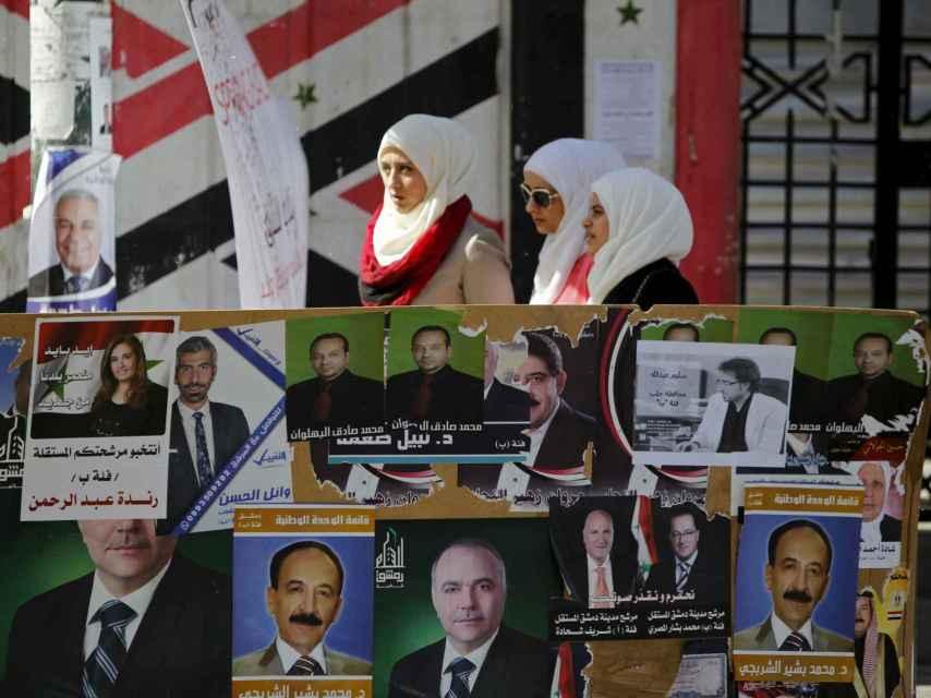 Carteles electorales en Damasco para las elecciones en medio de la guerra.