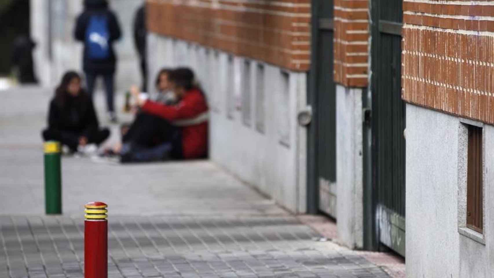 Algunos alumnos en el IES Juan de La Cierva de Madrid durante la jornada de huelga por la Lomce.