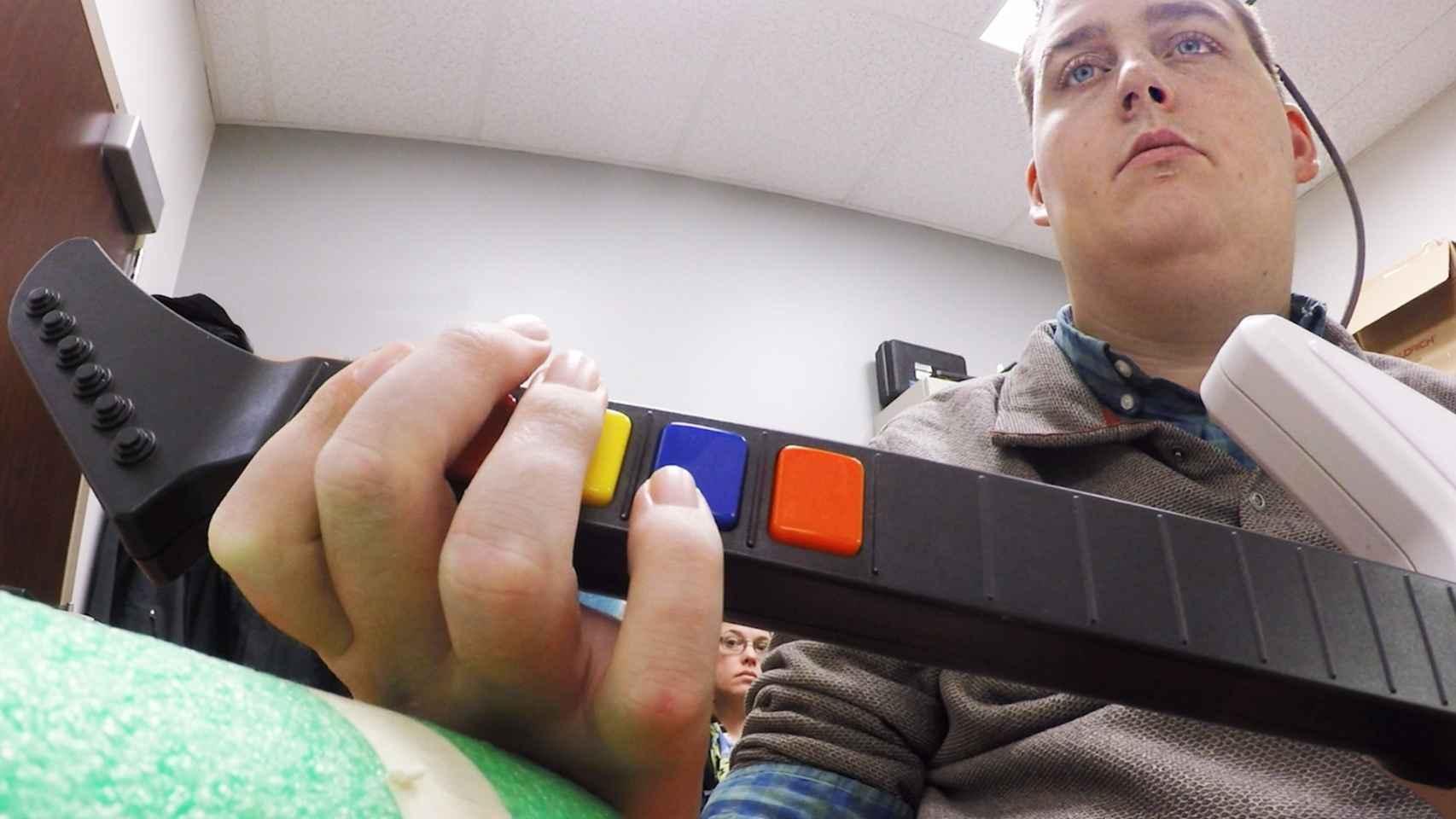 El joven tetrapléjico, jugando al Guitar Hero.
