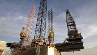 Una plataforma petrolera, en plena actividad.